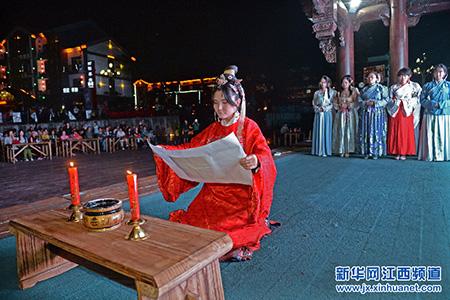 祭月仪式_身穿汉服的少女在古戏台上进行中秋祭月仪式(9月26日摄).