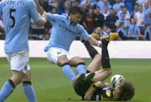 双脚离地飞铲! 阿奎罗暴力犯规路易斯很受伤(图)