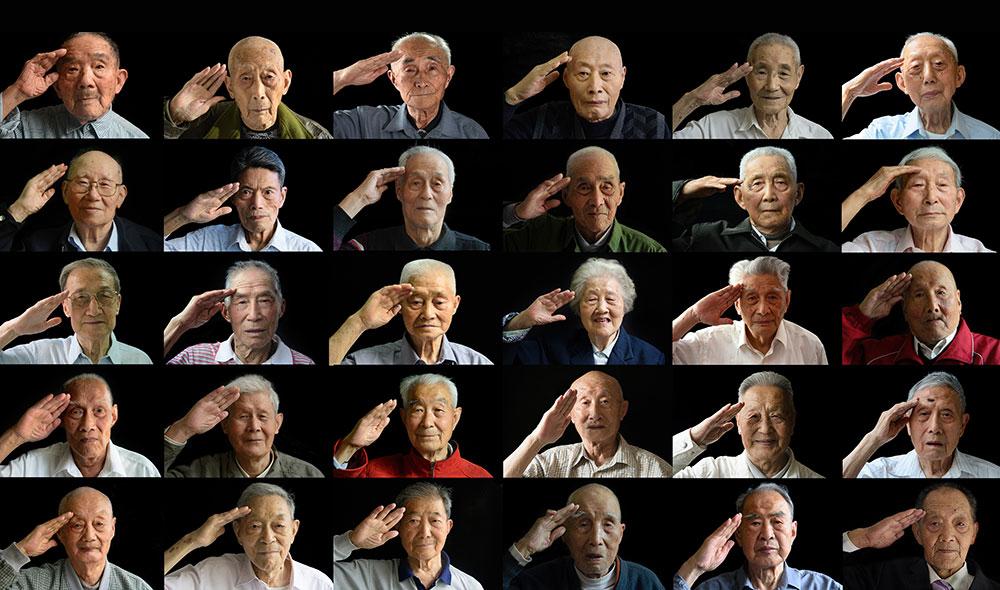 抗战老兵敬礼照片。