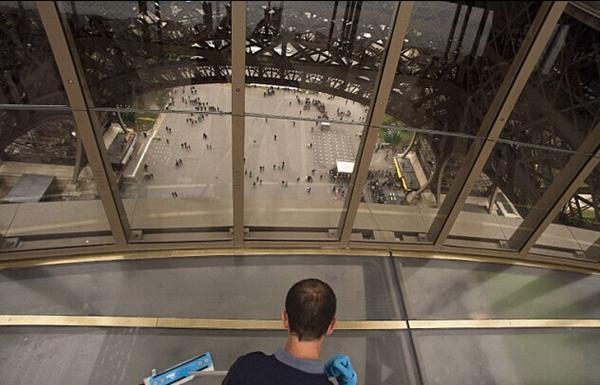 巴黎埃菲尔铁塔加装玻璃地板