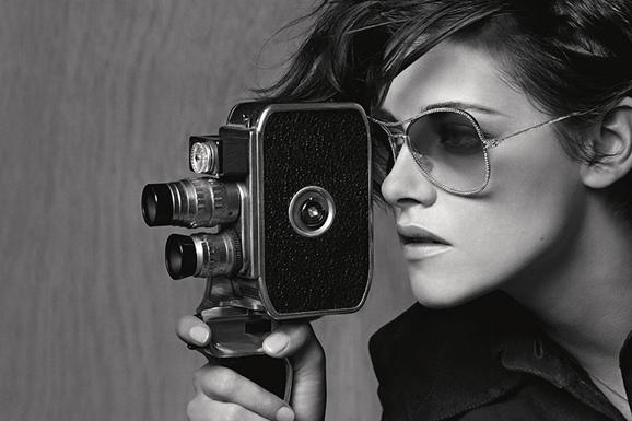 小K化身为摄影记者 演绎Chanel 2015春夏眼镜大片