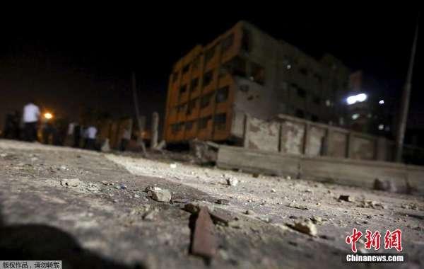 8月20日,在埃及首都开罗北部,民众在发生爆炸的安全部门大楼前查...图片 20632 600x380