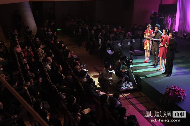 """12月27日,首届""""对话禅茶——中华原创禅茶音乐会""""在深圳音乐厅开幕。此次公益演出,汇集多种节目表演形式,以音乐解读禅诗与甘茶的悠远意境。本次音乐会演出曲目均为深圳市正觉文化发展公司出品的原创作品。音乐会结束后群众反响热烈,回味无穷。"""