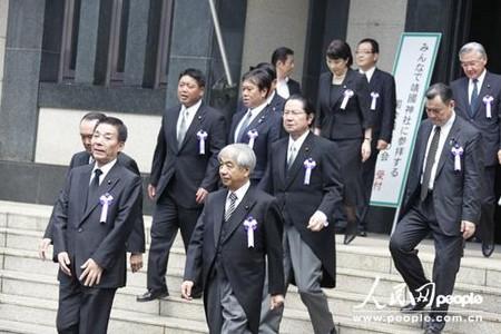 日本老兵参拜靖国神社 往年美女今年换成充气娃娃
