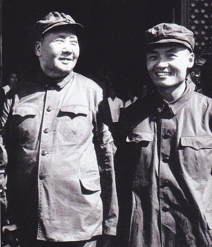 """毛远新生于1941年2月,比毛泽东和江青的女儿李讷仅小6个月,是毛泽民和朱旦华的小儿子。他苦难的童年是在新疆监狱里度过的。毛泽民1943年被新疆军阀盛世才杀害后,直到1945年初,在周恩来的多方营救下,张治中释放了关押在新疆的共产党人,毛远新才同母亲回到了延安。1951年,朱旦华带着毛远新到北京来开会,会后把毛远新留在了毛泽东的身边。从此,毛远新就一直跟随伯父毛泽东生活在北京中南海。毛泽东在各方面都很关心他的这个侄儿,犹如父子一般,可以无话不谈。(注释来源:《邸延生 著 《""""文革""""前夜的毛泽东》 ,图片来源:资料图)"""