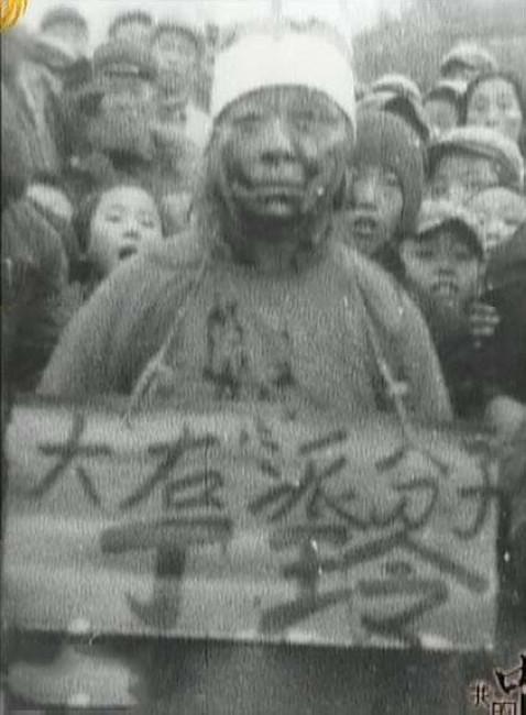著名作家丁玲,1904年10月12日生于湖南省常德市,原名为蒋伟,字冰之。丁玲在少女时代曾经先后在桃源、常德、长沙等地读书,与杨开慧是岳云中学同学。1936年赴延安。丁玲气质高雅,才华横溢,同时风骚惹人,属于时尚性感的新派女性,毛泽东一见倾心,还专门为她写了著名的词《临江仙》。(文字来源:新华网)图为文革中丁玲被批斗。