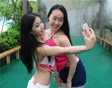 杭州数千名女生穿肚兜拍毕业照