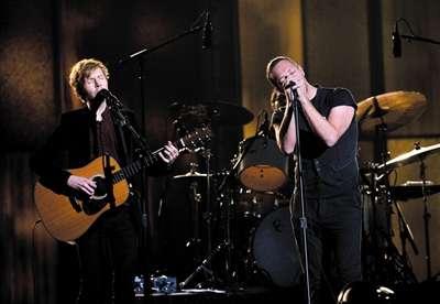 唱克里斯.马丁现场合唱《Heart Is a Drum》.-不知道这三人,这届格