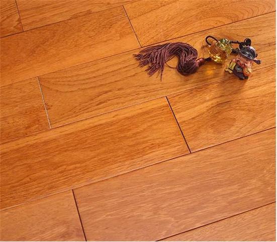 该款产品纹理自然,色彩明丽,超强的稳定性与耐腐性,用于地热环境不变形,不膨胀,不收缩,不开裂。纯正实木无甲醛等有害物质,地热锁扣使得铺装简易,性能稳定是真正的健康绿色的环保地热实木产品。安信斯文漆木纯实木地热地板属于百搭款型,或现代摩登、或古典舒缓、或清新素雅,只要有爱,每种款型和风格都有幸福满溢。 五、【浪漫爱情在温馨家居中发生,男女主角更在舒适的地板上相互依偎,感受生活的幸福与爱情的甜蜜】 男女主角在相当高大上的房间中相依为命,在温馨搞笑的家居生活中慢慢磨合并体会到刻骨铭心的爱情。