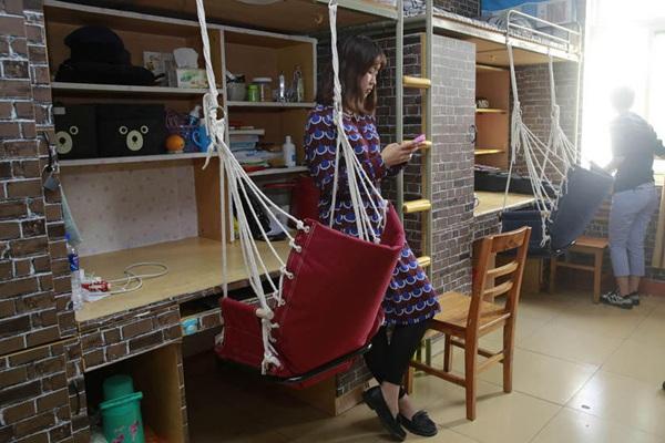 江西4名女大学生凑千元装修复古宿舍 特色吊椅很拉风