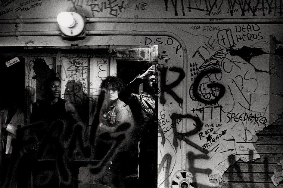 ] --> 摄影师Stanley Greene记录下上世纪70年代的旧金山朋克现场。士丹利格林用这句富有激情的陈词作为开场说明。旧金山朋克现场作为艺术与音乐(起源于这个城市的艺术学校)的代名词。白天,格林作为一门潜心研究艺术的学生;夜晚,他前往城市各地的俱乐部、后台、廉价旅馆,聆听这座城市中音乐、社会、文化运动跳动的声音。   通过一百多张图片和零散的随笔,格林展现给我们的不仅仅是现场的鼎盛场面,更多的是格林作为参与者的思考。例如:乐队的人让我记录他们与他们女友一起无节制地滥交、麻痹自己那是最好