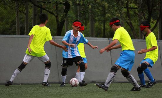 走进少年盲人足球队:全力奔跑才感到自己还活