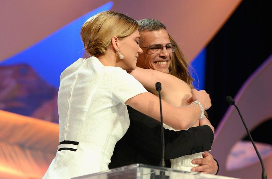 当地时间2013年5月26日,法国,戛纳,第66届戛纳国际电影节颁奖礼。本届棕榈大奖得主:《阿黛尔的生活》。导演阿布戴-柯西胥携两女星亮相领奖,三人激动拥抱。