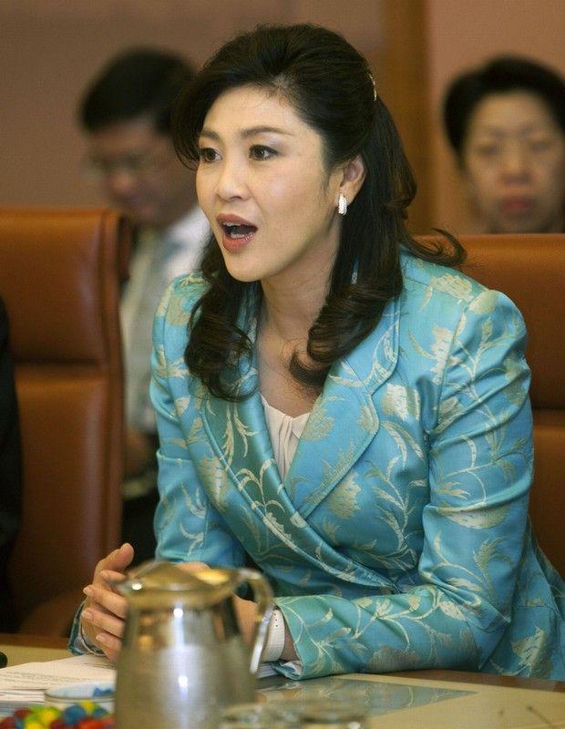 英拉-西那瓦,现年43岁,泰国新当选美女总理。她不但有泰国华人第一美女之称,还常常被人叫做泰国头号大美女。她一贯含笑躬身,双手合十,举止得体表现自如,形象清新可人,获得不少选民青睐。英拉之所以受关注来自于她不俗的时尚品味,每次一公开活动的服饰都十分时尚,这里就为你盘点英拉最经典的50套装扮,回顾她惊艳的时尚瞬间。