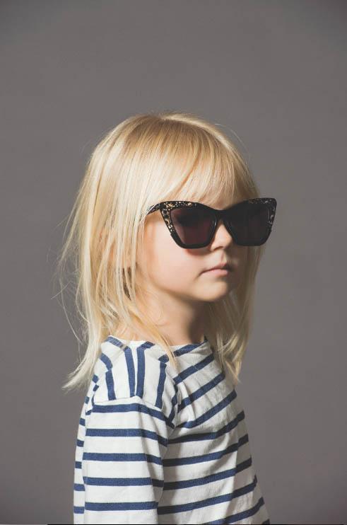 小朋友们戴着古怪的眼镜