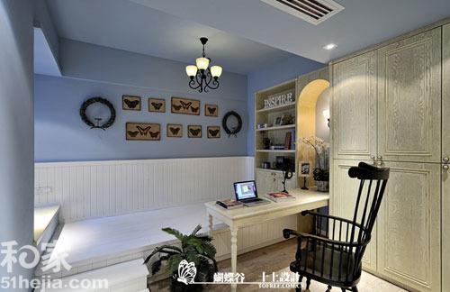 书柜是欧式复古的款式,和书桌,吊灯相映成趣.