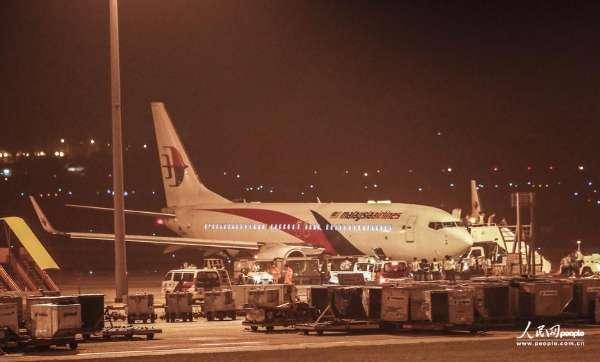 4月21日,马来西亚航空公司MH192航班安全迫降在吉隆坡国际机场。Vincent Thian/东方IC  马来西亚航空公司飞往印度班加罗尔的MH192航班由于起落架发生故障被迫折返,21日凌晨安全迫降吉隆坡国际机场。