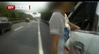 重庆一对情侣高速路上闹分手 不顾危险停车争执
