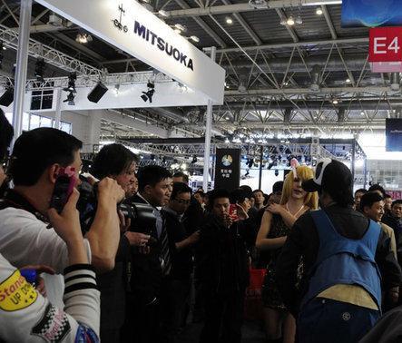北京车展上演 伪娘 闹剧 遭保安驱赶高清图片
