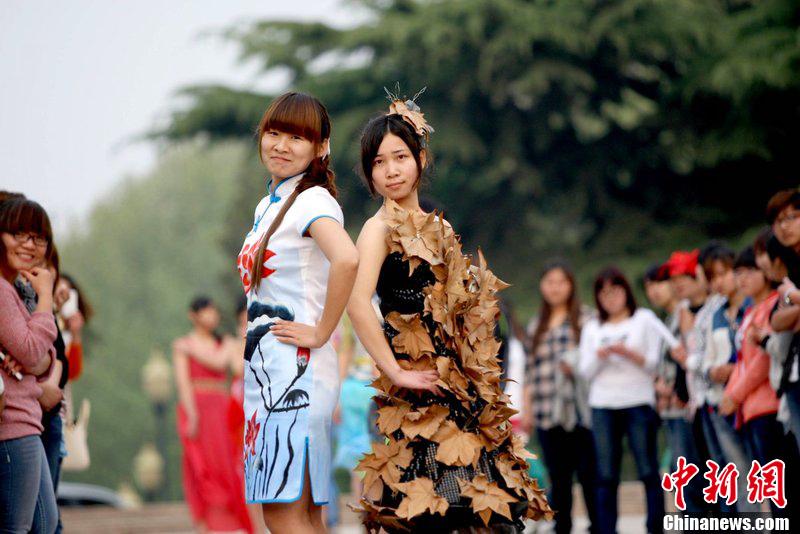 制作的环保时装.为迎接世界地球日,安徽省淮北供电公司志愿者和