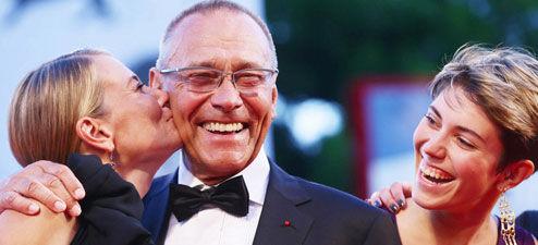 77岁俄罗斯导演安德烈-康查洛夫斯基(Andrei Konchalovsky)获妻子送热吻