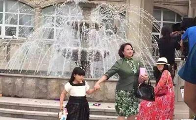 Angela香港拍戏:获工作人员吹电扇显大牌