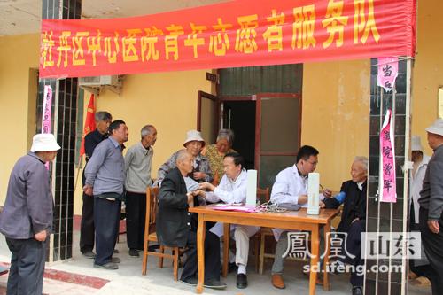 青年志愿者前往敬老院为老人献爱心义诊