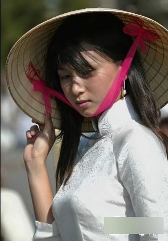 越南女人大都比较素面,很少化妆,有一种自然美,而部分中国女人花