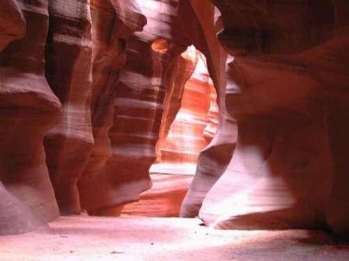 地球 美景/羚羊峡谷的地质构造是著名的红砂岩,谷内岩石被山洪冲刷得如...