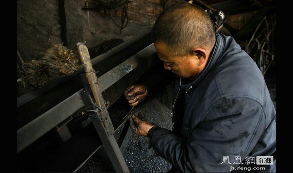 """姚颜华在修皮带机,皮带在这里属于消耗品,经常坏,经常修。姚颜华打趣道:""""我这老板即是打煤工又是送煤工,还兼销售员和修理工。""""(黄埔7号影像俱乐部/图 胥大伟/文)"""