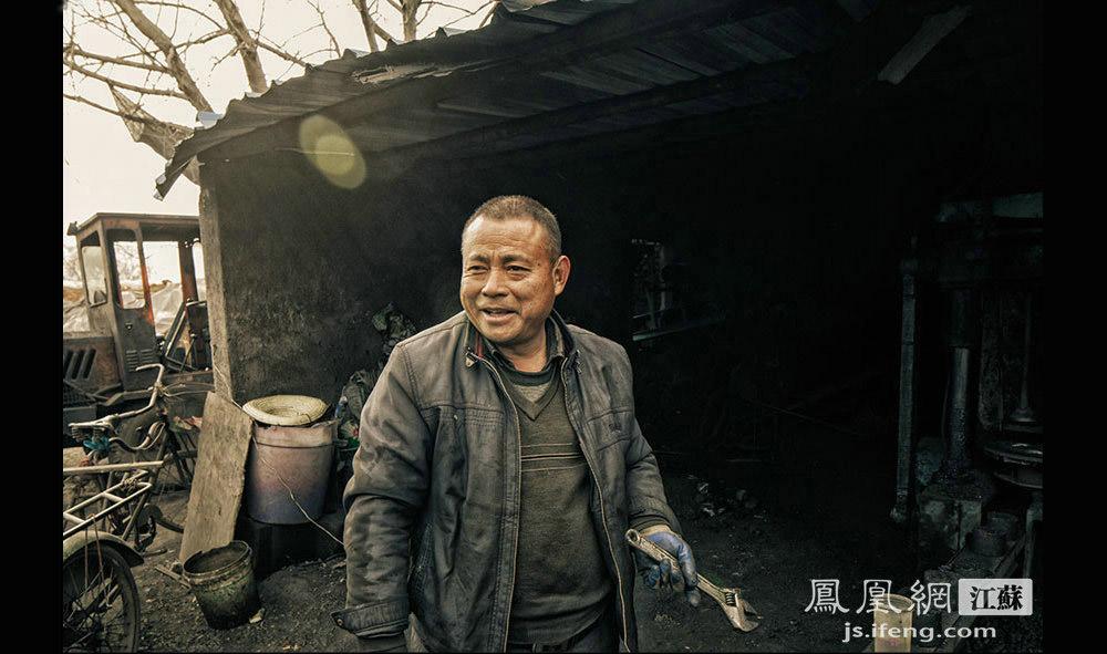 姚颜华,52岁,煤基厂老板,安徽亳州人。靠小小的蜂窝煤,他把3个子女拉扯大,还在南京买了套房,扎下了根。如今两个女儿都已工作,儿子也即将大学毕业。(黄埔7号影像俱乐部/图 胥大伟/文)