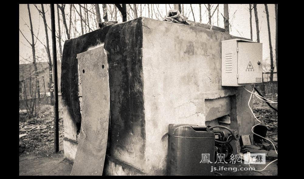 焚烧炉高约1.5米、宽1.3米,比洗衣机略大,用水泥砌成。上面铺着几块红砖,Z先生说是为了防止炉体高温开裂。火化装置以柴油为燃料,电为动力。炉膛分为上下两层,上面一层是焚烧层,下面一层则用来收集骨灰。(凤凰网江苏--王剑/图)