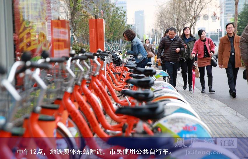 中午12点,地铁奥体东站附近,市民使用公共自行车。