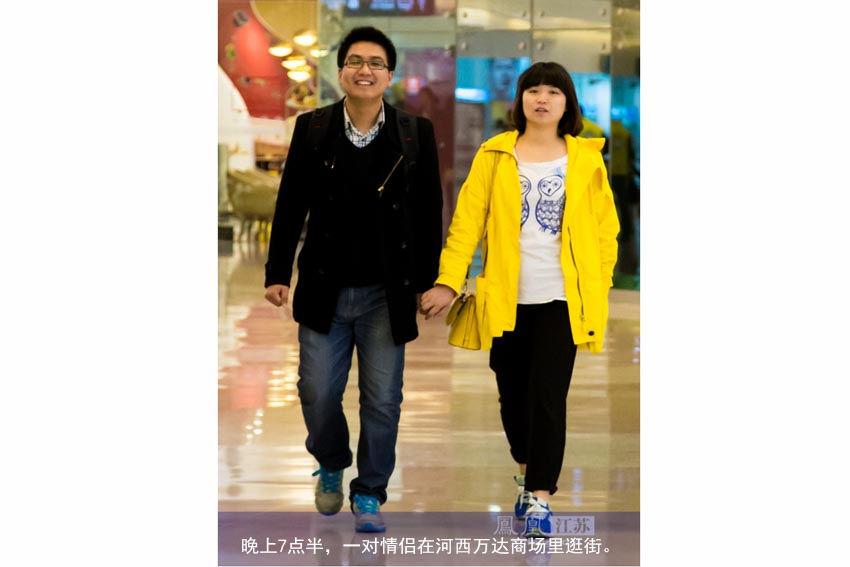 晚上7点半,一对情侣在河西万达商场里逛街。