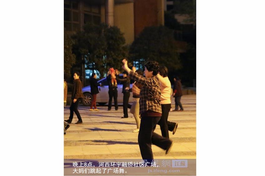 晚上8点,河西环宇融侨社区广场,大妈们跳起了广场舞。