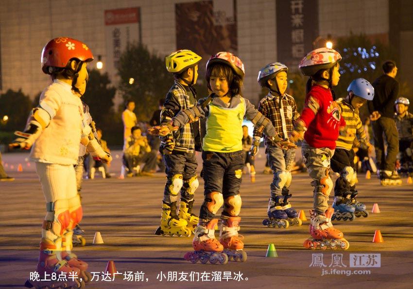 晚上8点半,万达广场前,小朋友们溜旱冰