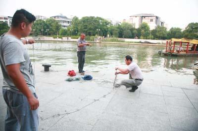 打捞员放滚钩绳打捞