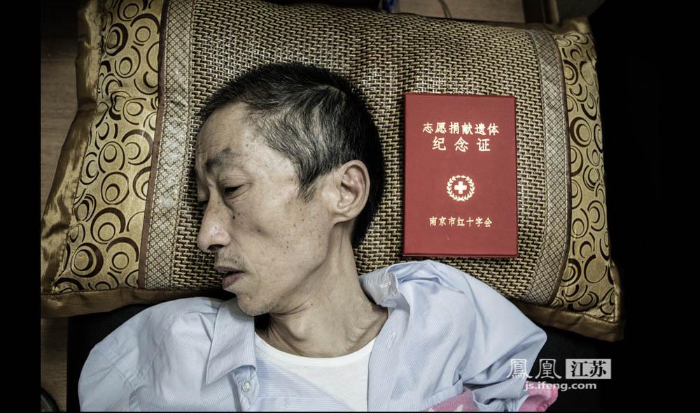 2013年6月6日,于志国决定日后捐出遗体,供医学部门研究,希望能为研发相关药物提供帮助。他说,他不希望今后的患者还像他这样无药可医。(彭铭/摄 胥大伟/文)
