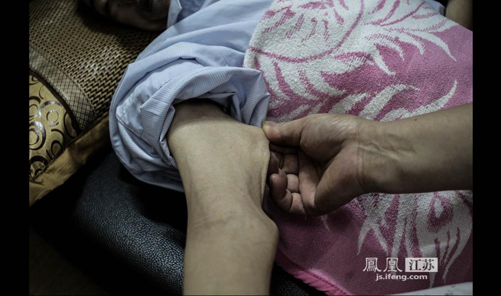 躺在沙发上的于志国,双手会不自觉地颤动。他说,这往往意味着,这块肌肉跳着跳着就没有了。(彭铭/摄 胥大伟/文)