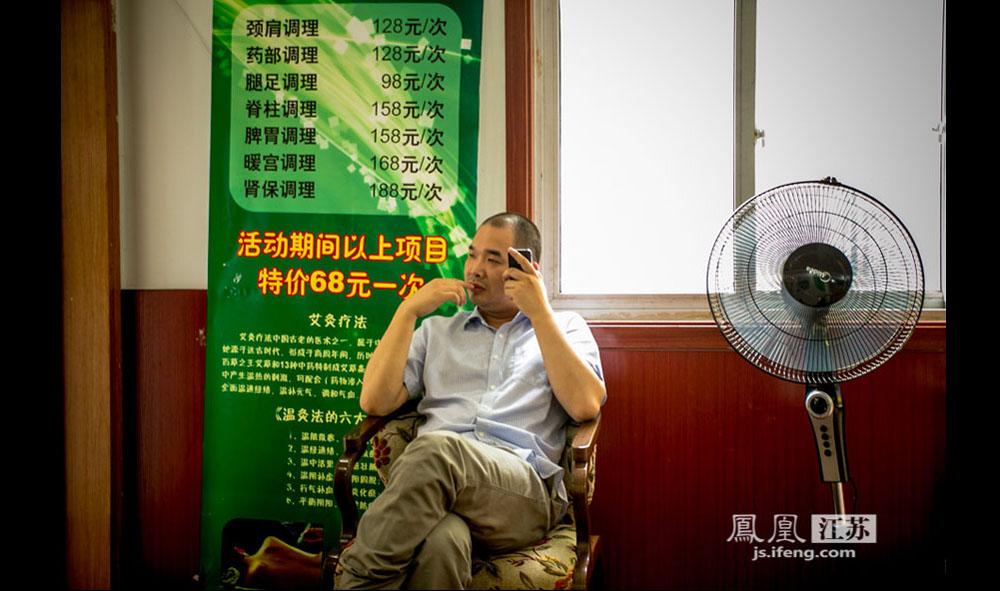孔剑武今年30多岁,生于南京高淳,先天目盲。10岁时到南京读盲校,后在南京中医药大学学习针灸推拿,毕业后在上海路的一栋居民楼里开了一家按摩中心,经营已9年多。(彭铭/摄 胥大伟/文)