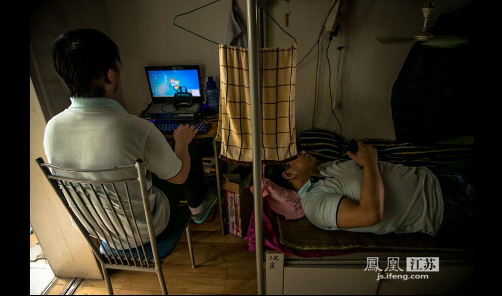 """这里的盲人医师闲暇时一般会玩玩电脑、聊聊微信、听听语音小说。他们的电脑和手机都装了专门的软件,方便盲人使用。孔剑武说:""""智能手机和电脑的出现,对盲人的生活改变很大。""""(彭铭/摄 胥大伟/文)"""