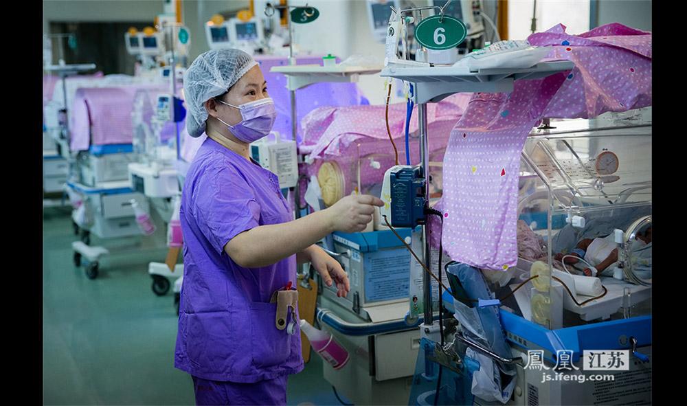 南医大二附院的新生儿重症监护室一共有19位护士,24小时值班,平均每位护士要看护10—15名婴儿。早产儿进入监护室后,医护人员会首先清理早产儿的呼吸道,因为呼吸道往往有羊水,常给早产儿带来窒息危险。(林琨/摄 胥大伟/文)