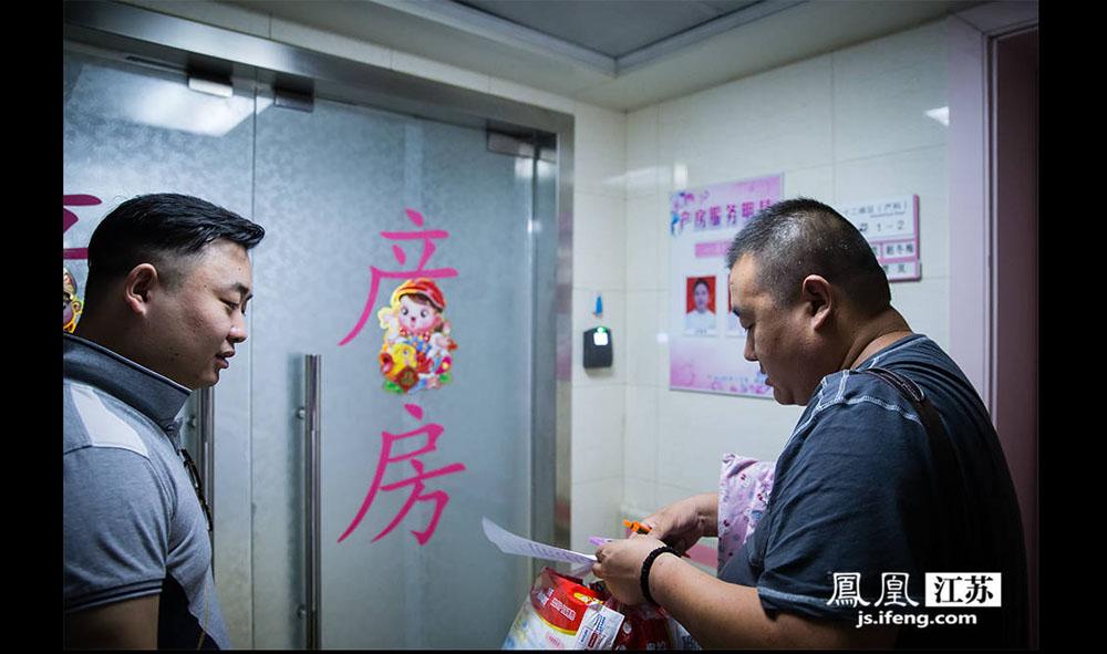 6月16日,两位父亲在南医大二附院产房门口焦急的等待自己孩子的出生。(林琨/摄 胥大伟/文)