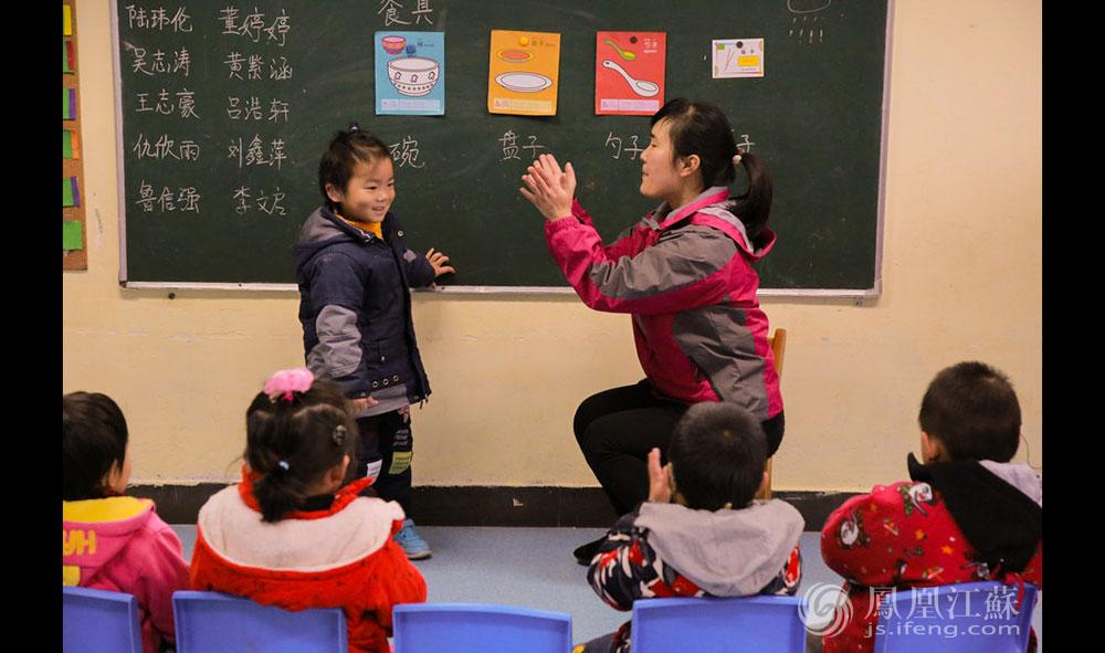 """""""棒棒棒!你真棒!"""",涛涛(化名)认对了老师说的单词,受到了极大的鼓舞。""""人中人""""奉行""""赏识教育"""",要帮孩子建立自信。每当这些孩子答对问题,老师们都会给他们奖励,面包、饼干、薯片、牛奶是孩子的最爱。即使孩子答错了,老师也会一遍又一遍地引导。(胥大伟 徐然/文 毛寿皓/图)"""