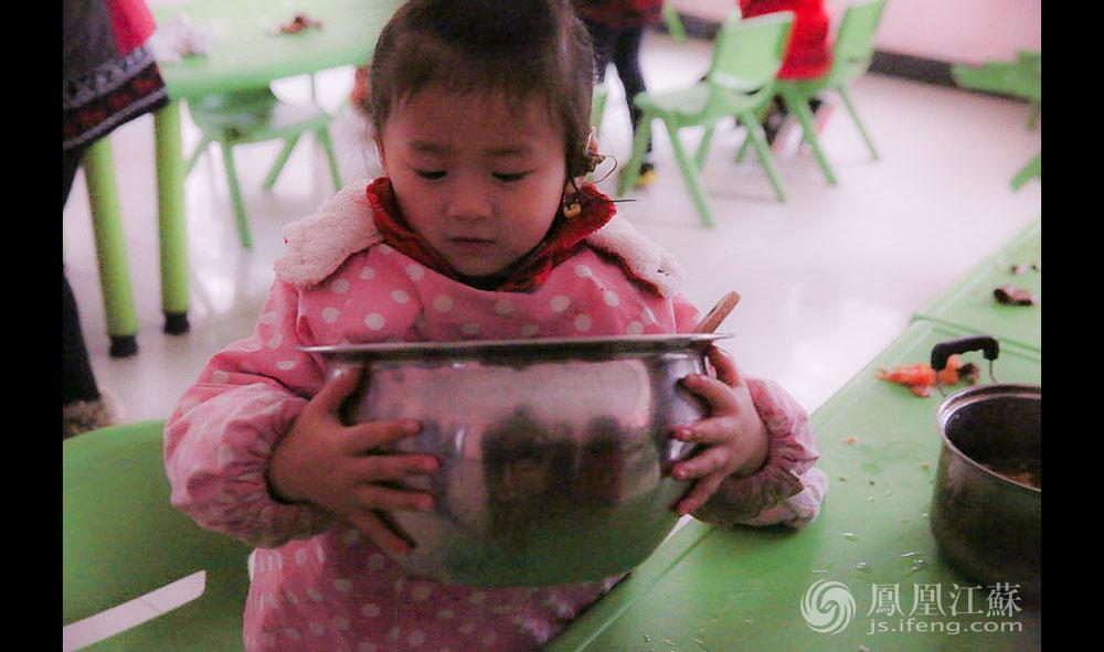 吃完饭,小朋友们排队准备午睡,乖巧的孩子会帮老师和食堂师傅收拾碗筷,整理凳子、桌面。采访中,朱园长算了一笔账:根据规定,只要是江苏省户籍,经医疗机构确诊的0岁到6岁听障儿童,每位均可享受1.1万元/年的康复训练费。幼儿园每个孩子每月要2000多元,抵掉国家补贴,还需要每月千元的费用。据悉,这里很多孩子的父母也是听障人士,靠低保过活,所以千元的费用对他们的家庭来说是笔不小的开支。(胥大伟 徐然/文 毛寿皓/图)