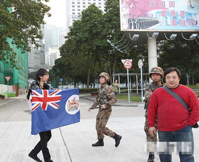 """图为""""香港人优先""""成员招显聪闯入解放军驻港部队总部,展示港英旗帜。据报道,""""港独""""组织成员26日公然闯入解放军驻港部队总部,高呼标语要求""""解放军撤出香港""""。这是香港1997年回归以来首次有团体强闯驻港部队总部示威。香港商业电台称,解放军驻港部队新闻发言人27日回应称,四肖中特期期准免费,白小姐一肖中特免费公开资料,数名香港市民未经批准,掉臂军营哨兵警告,强行闯入军营进行滋扰。有关人等的行为已涉嫌违反《驻军法》等法律,驻军已报案,交由香港警方处理。"""