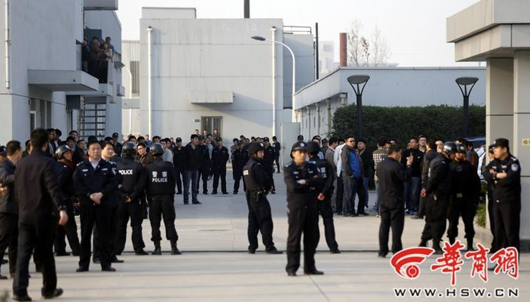 高清图—户县迎宾大道西安世纪盛康药业有限公司百名男子打砸