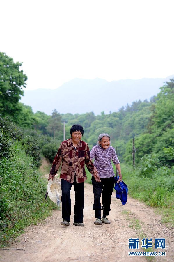 90岁老母亲看着她68岁的盲女 - 月  月 - 阳光月月(看新闻)