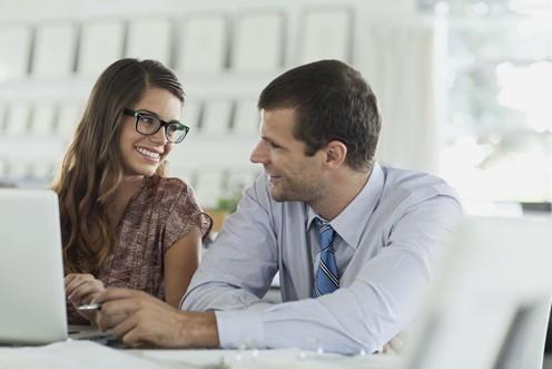 男老板摸女员工图片
