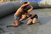 韩国美女泥浆摔跤赛